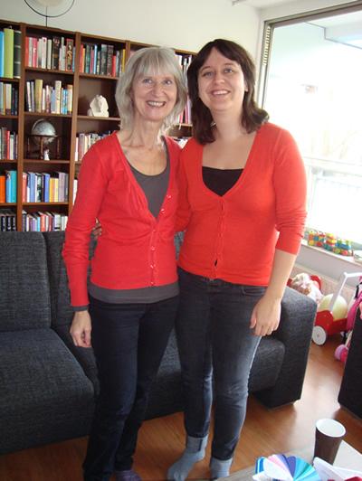Moeder en dochter met dezelfde kleur shirt